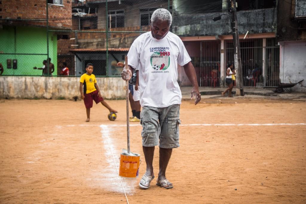 Seu Jaílson demarca o campo antes de uma partida do campeonato local (Foto: Nelson Oliveira)